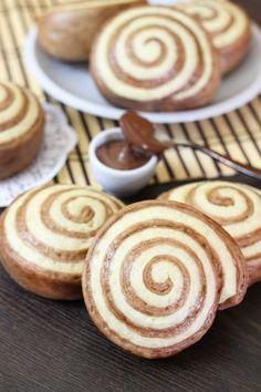 I panini cinesi al vapore sono dei panini soffici realizzati con impasto pan brioche senza uova, la cottura al vapore renderà i panini profumati e leggeri