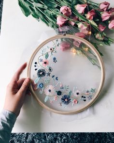 Embroidery on transparent fabric - DIY Sticken wedding veil photography Hand Embroidery Videos, Embroidery Flowers Pattern, Embroidery Patterns Free, Hand Embroidery Stitches, Embroidery Hoop Art, Hand Embroidery Designs, Ribbon Embroidery, Cross Stitch Embroidery, Sewing Stitches