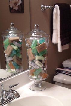 Often-Forgotten Bathroom Items Every Good Hostess Stocks Up On Ideen rund ums Haus Bathroom Vanity Tray, Dorm Bathroom, Diy Bathroom Decor, Bathroom Towels, Bath Decor, Small Bathroom, Bathroom Jars, Bathroom Vintage, Vanity Decor