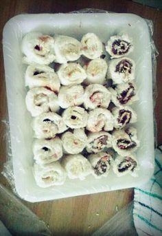 Sushi dulce: rollitos de bimbo al estilo sushi, a elegir: aquí he elaborado los rollitos con nocilla (o similar), mantequilla con azúcar y philadelphia y mermelada (se pueden hacer con cualquier cosa, incluso salado, como por ejemplo mantequilla y salmón. Modo de elaboración: poner encima de una superficie plana una rebanada de pan de molde con trozo de papel de film encima y con un rodillo lo extendemos, a continuación le añadimos el condimento que deseemos, y lo enrollamos, a continuación…