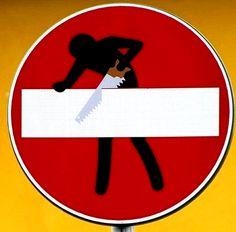 Panneau sens interdit détourné : #panneau #sensinterdit #detourne #route #signalisation #humour #voiture #panel #trafficsign #road #car #chainesbox