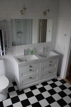 Gammaldags dubbelt handfat 133 cm med underskåp i vitmålat trä och tvättställ i vit porslin. Välkommen till Sekelskifte och våra badrumsmöbler i gammaldags stil!