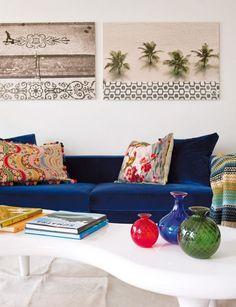 LUV DECOR: OLHA QUE COISA MAIS LINDA - white walls, navy velvet sofa & fun accent pillows