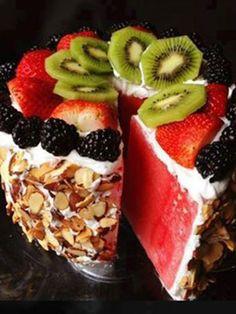 Kuchen kann auch gesund. Und zwar in Form dieser leckeren Wassermelonen-Torte. In wenigen Minuten zubereitet und noch schneller vernascht.