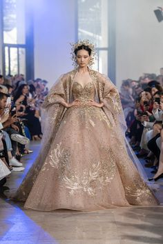 Elie Saab Fall 2019 Couture Fashion Show Collection: See the complete Elie Saab Fall 2019 Couture collection. Look 57 Dress Dior, Robes Elie Saab, Moonlight Couture, Elie Saab Couture, Couture Bridal, Haute Couture Dresses, Haute Couture Fashion, Elie Saab Fall, Fantasy Gowns