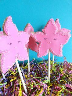starfish cookies Starfish Cookies, Mermaid Cookies, Ocean Themed Food, Surfboard Cake, Homemade Party Favors, Animal Cakes, Summer Cookies, Cookie Pops, Cookie Favors