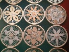 I wish I knew how do these. They are adorable. Teneriffe, Needle Lace, Bobbin Lace, Weaving Patterns, Lace Patterns, Ribbon Embroidery, Embroidery Stitches, Circular Weaving, Dorset Buttons