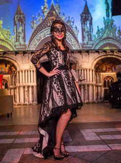 A festa de 15 anos de Barbara Beer teve decoração com tema baile de máscaras  em d2e4584f0e4