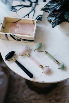 Jade Roller : A New Beauty Trend Jade rolling has been a beauty secret dating back to centuries ago. This may seem like a new beauty trend but jade roll Beauty Care, Beauty Skin, Beauty Tips, Diy Beauty, Beauty Products, Homemade Beauty, Beauty Ideas, Beauty Secrets, Beauty Habits