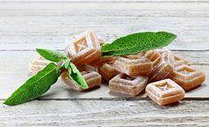 (Zentrum der Gesundheit) – Wenn die Nase läuft, der Hals kratzt und der Kopf schmerzt, können Hustenbonbons eine Wohltat sein. Denn in guten Hustenbonbons stecken viele heilsame Zutaten: Kräuter, Zitrone, Ingwer, Honig und vieles mehr. In käuflichen Hustenbonbons aber stecken meist mehr Zucker oder Süssstoffe als wirklich sinnvolle Zutaten. Daher macht man seine Hustenbonbons am besten selbst – und zwar nicht nur aus den besten Zutaten, sondern auch in Rekordzeit.