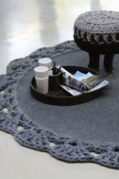 Crochet rug border and stool cover     ♪ ♪ ... #inspiration  #diy GB  http://www.pinterest.com/gigibrazil/boards/