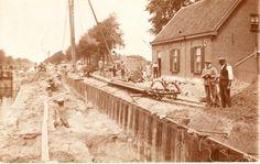 Verbreden van de Zuid Willemsvaart aan sluis 12 Someren Eind met uiterst rechts Jan van den Boomen, man met doek om het hoofd Bert van de Manakker.
