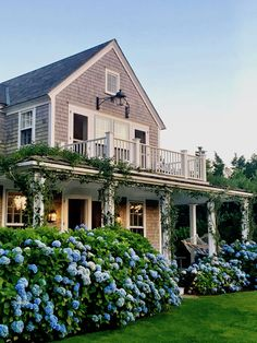 Nantucket by Design 2017 cocktail party via Quintessence Party Nantucket by Design 2017 - Quintessence Nantucket Style Homes, Nantucket Cottage, Nantucket Island, Beach Cottage Style, Future House, Cottage Homes, Cottage Kitchens, House Goals, Beach Cottages