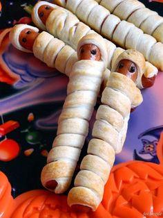 Parówki - mumie (ciasto francuskie, halloween) | Proste, smaczne i bogato zróżnicowane przepisy kulinarne z apetycznymi zdjęciami, na ciasta, desery, domowe obiady i bardziej wyszukane dania.