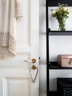 Дверные ручки для межкомнатных дверей (48 фото) - удобство и эстетика вашего дома http://happymodern.ru/dvernye-ruchki-dlya-mezhkomnatnykh-dverey-udobstvo-i-estetika-vashego-doma/ Дверные ручки для межкомнатных дверей. В ностальгичных и ретро-интерьерах отлично смотрятся дверные ручки из крашеной древесины или из расписного фарфора Смотри больше http://happymodern.ru/dvernye-ruchki-dlya-mezhkomnatnykh-dverey-udobstvo-i-estetika-vashego-doma/