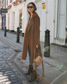 Street Style Long camel coat + snake print ankle boots + Chloe bag you can find similar pins below. We have brought. Fashion Moda, Look Fashion, Fashion Outfits, Womens Fashion, Fashion Trends, Fall Fashion, Chloe Fashion, Denim Fashion, Fashion Styles
