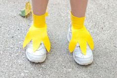 If you're wearing a bird costume this Halloween, don't forget to make feet! This DIY project will show you how to make fun and easy bird feet. Rooster Costume, Parrot Costume, Heihei Costume, Duck Costumes, Chicken Costumes, Family Costumes, Costume Canard, Bird Costume Kids