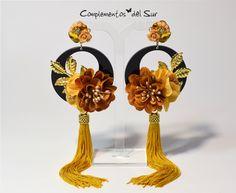 4d88cbae8 Pendientes flecos mostaza Diseño Exclusivo de Complementos del Sur  Realizados con cuentas de metal dorado,