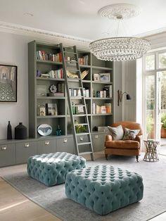 decoração de sala de estar com puffs quadrados turquesa, estante com escada