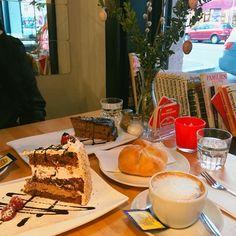 1000things.at präsentiert euch eine Übersicht über Kuchen-Cafés der Stadt, die mit süßen Verführungen und charmanter Atmosphäre verzaubern. Tiramisu, French Toast, Travel Destinations, Breakfast, Ethnic Recipes, Food, City, Vacation, Road Trip Destinations