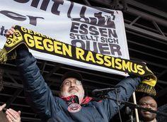 Refugees welcome! Herzlich willkommen! Nicht erst seit heute das Foto ist vom 18. Januar 2015 als in Essen 4000 Menschen gegen Hogesa auf die Straße gingen. Max Adelmann Sprecher des Bündnisses gegen Rassismus und Rechtsradikalismus Essen stellt sich quer