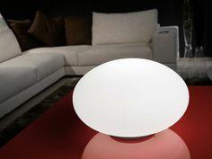 Stolní lampa NARO kloubí inovaci a eleganci.