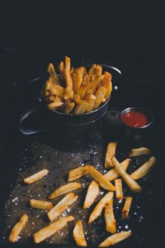 Is there anything more irresistible than humble French fries? Whether you like yours thin and crispy or fat and more slap-like, everyone loves a cheeky chip Perfect French Fries, Fry S, French Fries Recipe, Raw Potato, Gourmet Burgers, Sriracha Sauce, Restaurant Recipes, Fish Recipes, Cooking Time