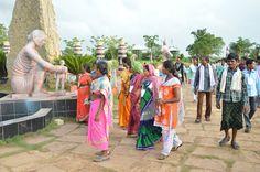 13-14 जुलाई 2016, नया रायपुर स्थित पुरखौती मुक्तांगन पहुंचे कोण्डागांव, नारायणपुर, कांकेर जिलों के पंचायत जनप्रतिनिधियों ने साथ मिलकर नृत्यकर्ताओं की प्रस्तुति को जी भरके देखा. दिन भर के भ्रमण से जो कुछ चेहरे थके थे, ये प्रस्तुति देखकर जगमगा गए. मुक्तांगन की अनेक खूबसूरत कलाकृतियों में से एक, महिलाओं को अपनी ओर खींच लाया. इसमें बनाने वाले शिल्पकार ने एक माँ की ममता को दर्शाया है.