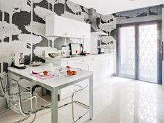 Cocina-Con un llamativo papel pintado que otorga personalidad a la estancia.