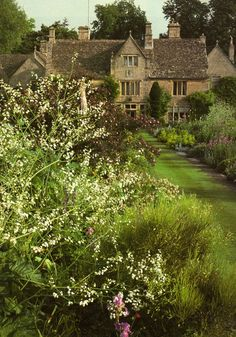 Burford, Oxfordshire. beautiful garden.