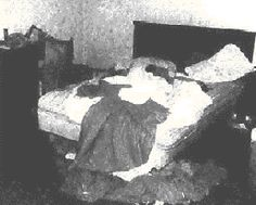 sid vicious dead in bed looks like he is on his stomach you can see his shoulders towards the top of the bed.