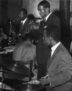 """""""The Jazz Messengers"""" De izquierda a derecha: Hank Mobley, saxo tenor; Horace Silver (espaldas a la cámara) de piano; Kenny Dorham, trompeta; Art Blakey, batería. Nueva York - 1955"""
