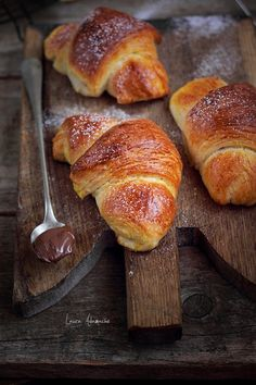 Turkish croissants with nutella detail Romanian Desserts, Romanian Food, Croissant, Butter Bakery, Cake Recipes, Dessert Recipes, Good Morning Breakfast, Dessert Shots, Sweet Pastries