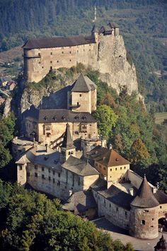 The century Orava Castle, situated on a high rock above Orava river in the village of Oravský Podzámok in northern Slovakia Beautiful Castles, Beautiful Buildings, Beautiful Places, Chateau Medieval, Medieval Castle, Castle Ruins, Castle House, Bratislava, Chateau Moyen Age