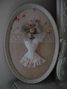Romantico quadro ovale con un corpetto come punto focale...