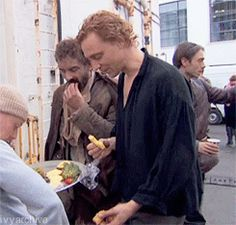 Hiddles gif.....I jusst realized why I like this gif so much. *bottom right corner as he turns*