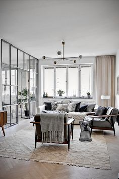 C'est un lendemain de fête, on a un peu de mal à se lever, le matin est là, un halo bleu plein de douceur enveloppe l'intérieur de cet appartement suédois, où coussins et plaids nous in…