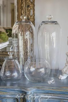 to Make Your Own Cloche What do you get when you turn clear glass vases upside down, and add a glass knob? A cloche, of course!What do you get when you turn clear glass vases upside down, and add a glass knob? A cloche, of course! Clear Glass Vases, Glass Domes, Glass Jars, Glass Knobs, Wine Glass, Cloche Decor, Muebles Shabby Chic, The Bell Jar, Bell Jars