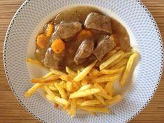 Μοσχάριλεμονατο με ωραία πηχτή σάλτσα με πατατουλες τηγανητες ή ρυζάκι! Πεντανοστιμο μαμαδίστο φαγάκι! Υλικα 1 κιλο μοσχαρι μπουκιτσες 2 κρεμμυδια μεσαια 2 σκορδα 2-3 καροτα ροδελιτσες Λαδι 1 μεγαλο λεμονι (το χυμο) Αλατι- φρεσκοτριμμενο πιπερι-ριγανη 1 κουταλια της σουπας κορν φλαουερ Εκτέλεση Σε μια κατσαρολα με λαδακι Gf Recipes, Cookbook Recipes, Greek Recipes, Food Network Recipes, Cooking Recipes, Healthy Recipes, Pastry Cook, Think Food, Food Dishes