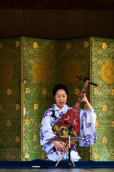 Biwa (Japanese four‐stringed lute) player at Yasaka Shrine, Kyoto, Japan. Photograph by VincentPhotomaniac on Flickr