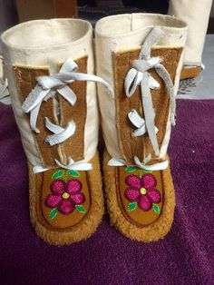 Native American Crafts, Native American Beading, Beaded Moccasins, Baby Moccasins, Native Beading Patterns, Nativity Crafts, Beaded Crafts, Mittens Pattern, Beading Projects