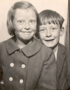Haircut and Big Sister 1962 Time Pictures, Old Pictures, Old Photos, Photographs Of People, Vintage Photographs, Vintage Photo Booths, We Are The World, Mug Shots, Portraits