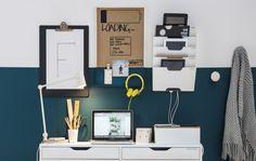 Mur transformé en station de charge familiale avec bureau, porte-journaux et boîte de gestion des câbles