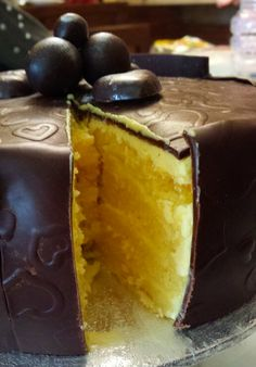 Torta all'arancia ricoperta con cioccolato plastico. .orange sponge cake