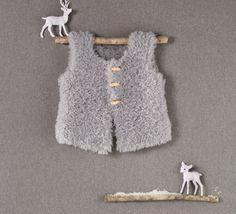 Un petit gilet tendance péruvien tricoté en Phil Nounourscoloris Gris au point jersey. Modèle n°04 du Mini-catalogue N°587 : Femme, Enfant et Layette, Automne/Hiver 2014