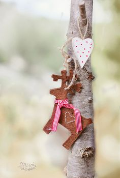 Felt Reindeer and Heart - every so simple.  Repinned by www.mygrowingtraditions.com