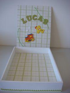 feita com decoupage, apliques pintados, para guardar documentos do bebe, feita por Eliane Barros
