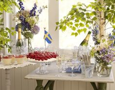 Table set with Swedish flag Swedish Flag, Swedish Style, Swedish Design, Swedish Cottage, Swedish House, Swedish Traditions, Water House, Flower Shower, Travel Party