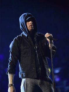 Eminem performs on stage during the MTV EMAs 2017 held at The SSE Arena, Wembley on November 2017 in London, England. Mtv, Divas, Marshall Eminem, Eminem Wallpapers, Eminem Rap, Eminem 2017, Eminem Funny, The Real Slim Shady, Eminem Slim Shady