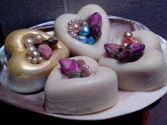 Cuori di sapone, perline e roselline.
